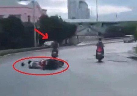Một vụ khác, nạn nhân ngã sóng xoài sau khi bị giật túi xách