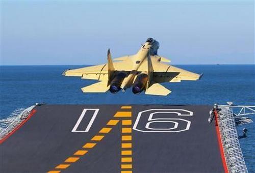 Chiến đấu cơ J-15 của Trung Quốc cất cánh trên tàu sân bay - Ảnh: Reuters