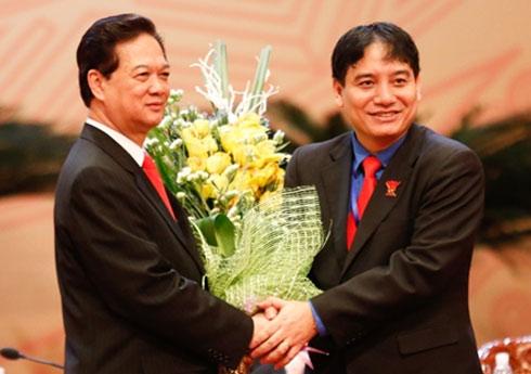 Bí thư Thứ nhất Trung ương Đoàn TNCS Hồ Chí Minh tặng hoa Thủ tướng. Ảnh: Tiền Phong.