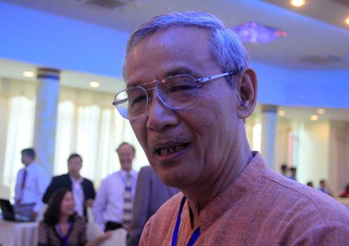 Tiến sĩ sử học Nguyễn Nhã trao đổi tại hội nghị. Ảnh: Nguyễn Đông